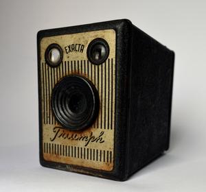 Câmera fotográfica, tipo caixão (box), para filme 120, produzida pela Exacta, modelo Triumph
